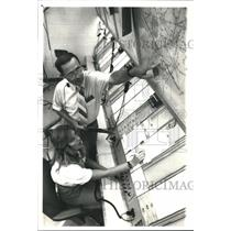 1987 Press Photo Air Traffic Control trainee and Dick Sinner teaches - hca03239