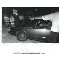 1991 Press Photo Guard directs visitors, Anti-abortion protesters, Houston