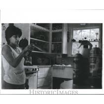 1990 Press Photo Homeowner using Aerosol Sprays - hca03942