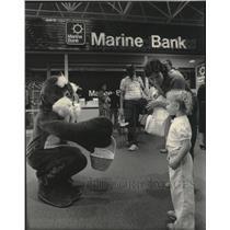 1985 Press Photo Wally the Walrus at Marine Bank at Mitchell Field Airport