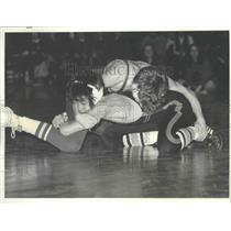1976 Press Photo Jeff Snyder, Shadle Park wrestler, tries to pin Terry Hirata
