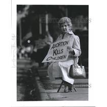 1991 Press Photo Mary DeAnda protests Outside Abortion Center, Houston