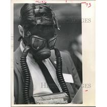 1970 Press Photo AL Russell of Earthworks, Donned Gas Mask-Air Pollution Houston
