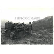 1987 Press Photo Roberta Wilson, & Rusting Bulldozer, Kantishna Hills in Alaska