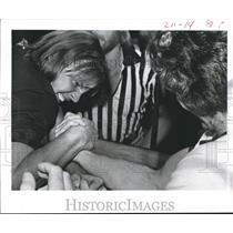 1977 Press Photo Ernest Brown Grimaces, between Mike Hamilton-Arm Wrestling