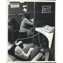 1972 Press Photo Girls man phones at Bloomfield Hills headquarter of hotline