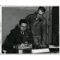 1962 Press Photo Alabama National Guardsmen discuss personnel accounting report.