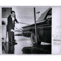 1961 Press Photo Automobile Autocar Wheel Motor Washing - RRW86631