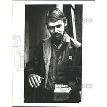 1981 Press Photo Geologist Jim Ashleman with chunk of ore. Alaska - hca05750