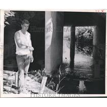 1961 Press Photo Vernon Blackmore alongside Austin Texas Boggy Creek
