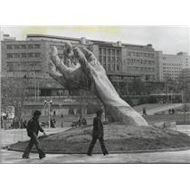 1986 Press Photo Sculpture of Hand in Foreground of University of Ankara, Turkey
