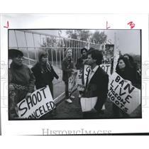 1991 Press Photo Animal Abuse Activists talk with John Hollrah, Outside Gun Club