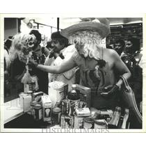 1985 Press Photo Bagging competition among Safeway stores workers in Houston