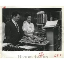 1970 Press Photo Ken McCracken, Safeway Store mgr and Margaret Phillips, Houston