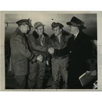 1945 Press Photo Pilot H.E. Warden of the Record Post-War Bomber Flight