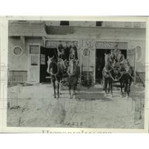 1898 Press Photo Horse-drawn carriages