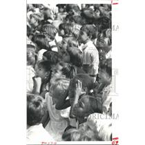 1979 Press Photo Fascinated Children Watching Balloonist Al Muir