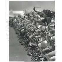 1982 Press Photo Alvin Callendar Field airshow spectators give pilots thumbs-up