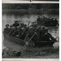 1950 Press Photo Alabama National Guardsmen (31st Dixie Division) paddle boats.