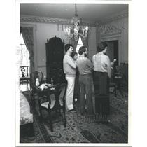 1980 Press Photo Friends Gather and Admire The Tea Room at Bayou Bend Houston