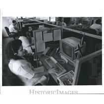 1990 Press Photo Zoe Cabrera reservationist for British Airways in Houston