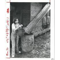 1981 Press Photo Rhonda Fussell Gets Water From Barrel In Bordersville, Texas
