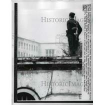 1962 Press Photo German VOPO Stands Guard Atop Communist Ministry in E Berlin
