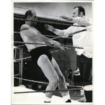 1969 Press Photo Manager George Strickland Gives Blessingto Dr. Sam Shepherd