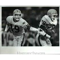 1988 Press Photo Bernie Kosar hands off to Herman Fontenot against Steelers