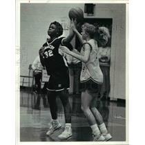 1991 Press Photo Monica Bennett (32) of Lorain attempts to sink a Basket