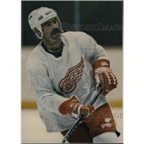 1988 Press Photo Paul MacLean Detroit Red Wings Hockey - RRW83161