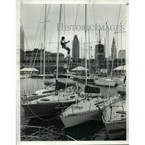 1990 Press Photo Don Rychel of Euclid Ohio installs a spreader cover on his Boat