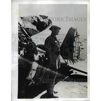 1941 Press Photo South African Air Force Lieutenant w/ Remains of Italian Plane