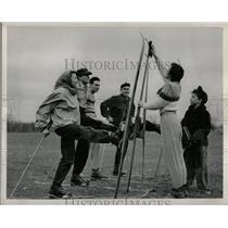 1949 Press Photo Skiing Straw - RRW01053