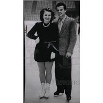 1947 Press Photo Ice Engagement Daphne Walker Skating - RRW75691