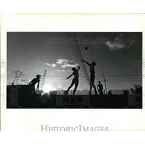 1985 Press Photo John Papp spike the ball over tite net while Mark Lehman tries