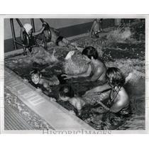 1971 Press Photo Children Learning Swimming Classes - RRW02587