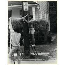 1981 Press Photo Ray McMullen & Bob Parenti put up net, Krather rd. block party.