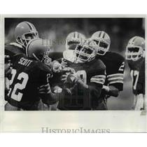1982 Press Photo Hanford Dixon carries intercepted ball on Browns 36 yard line.