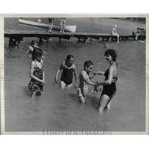 1946 Press Photo Children Taking Beginners Swimming - RRW02407