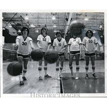 1977 Press Photo Mentor High starting five throw basketballs at cameramen
