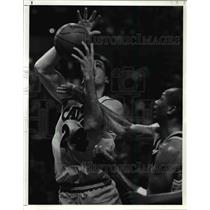 1990 Press Photo The Cavs' Chris Dudley is fouled by Terry Cummings of the Spurs