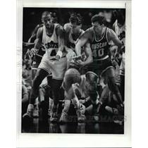 1989 Press Photo Ron Harper, Chris Dudley and Tim McCormick fight for loose ball