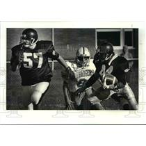 1987 Press Photo Josh Fraigun blocks for Anthony Jerdine during Berksire game.