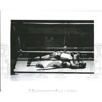 1985 Press Photo Pistol Pat O'Hara Flattens James Moore- RSA06037