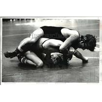 1981 Press Photo Ken Rhomberg vs Brian Guzik-wrestling match - cvb47893