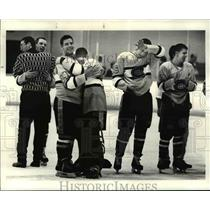 1987 Press Photo Faces of the victory waiting for the spoils - cvb47977