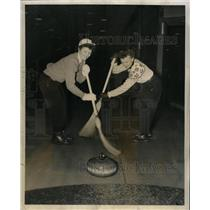 1953 Press Photo Robert McIlvaine Chicago Curling Club - RRW24539