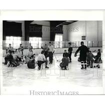 1986 Press Photo Cleveland Heights High Hockey Coach John Malloy leads practice
