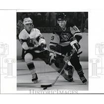 1989 Press Photo Mike Krushelnyski & Andy McBain Battle for the Puck - cvb50691